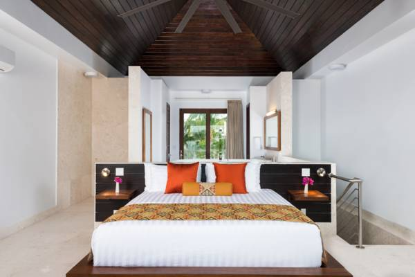 King bedroom with two balconies at Sugar Kube holiday rental Providenciales